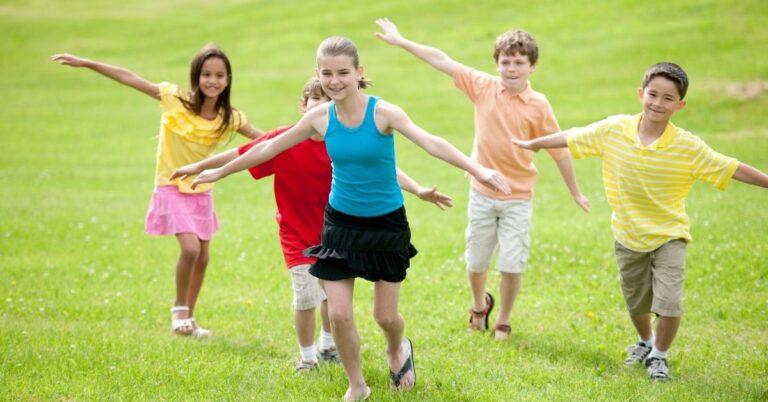 छोटे बच्चों के लिए एक शानदार प्लेडेट कैसे प्लान करें
