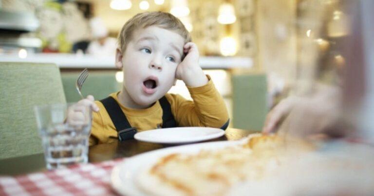 बच्चों को कैसे सिखाएं संयम बरतना
