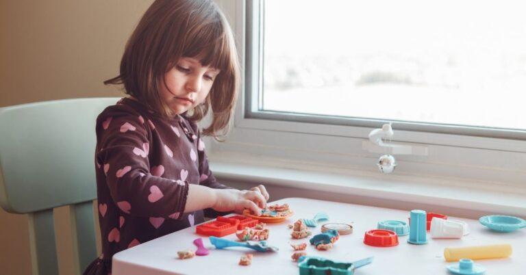 बच्चे की फाइन मोटर स्किल्स (fine motor skills) को बढ़ाने के लिए 7 बेहतरीन तरीके