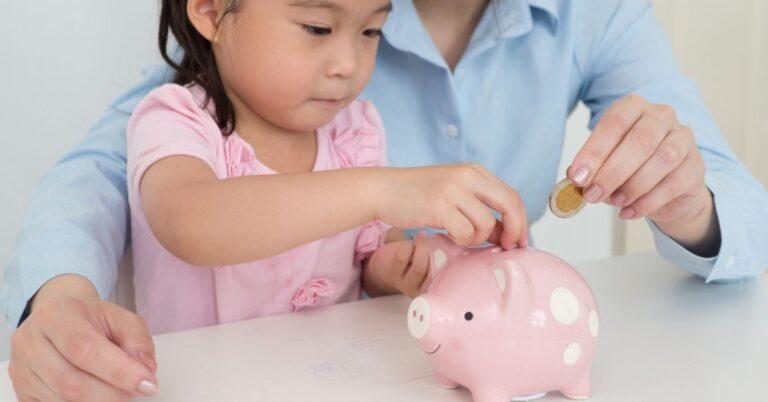 बच्चों को संभालकर पैसे खर्च कराना कैसे सिखाएं