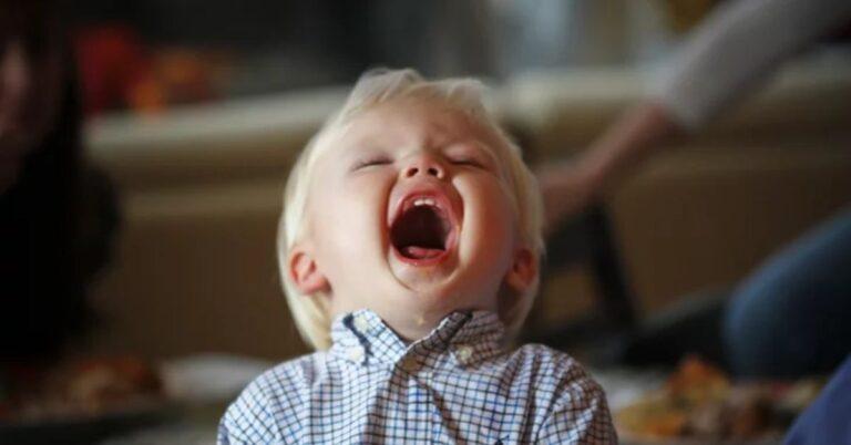 छोटे बच्चे अक्सर करते हैं ये मजेदार चीजें – 17 Weird Things Toddlers do